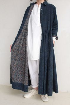 Soffio di Sofia di Nagao Miki soft/dry cotton lining on heavy linen/denim Abaya Fashion, Modest Fashion, Boho Fashion, Fashion Dresses, Womens Fashion, Fashion Design, Look Street Style, Inspiration Mode, Linen Dresses