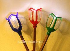 Faroles de luz para las posadas navideñas: Inicia insertando el hule en la botella de plástico aproximádamente a 20 cm. el hule te ayudará como guía para re