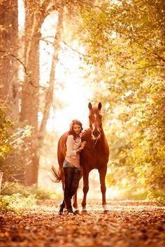 Tierfotografie mit Pferd in Düsseldorf | Hannoveranerwallach und seine Besitzerin im Wald | Johanna Passon Photography aus Köln, NRW