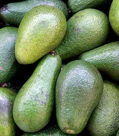 Avokádó Amellett, hogy magas rosttartalmának köszönhetően az avokádó az egyik leghatékonyabb béltisztító étel, a legerősebb antioxidánsok között tartják számon. Semleges íze miatt szinte bármivel fogyaszthatod, akár sós, akár édes nassolnivalóra vágysz. Az avokádót savbázis-helyreállító diéta mellett is nyugodtan fogyaszthatod, hiszen nagyon erős lúgosító. Kapcsolódó cikk: Végleges fogyás a forradalmi pH-diétával » Fruit, Food, Essen, Meals, Yemek, Eten