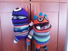 Monster Bag Holder - Free Crochet Pattern - (ravelry) cool amigurumi crochet that would make great storage in kids room hanging aroung walls ,off handles or at ends of bunk beds Crochet Gratis, Cute Crochet, Crochet For Kids, Knit Crochet, Ravelry Crochet, Plastic Bag Crochet, Crochet Purses, Crochet Dolls, Amigurumi
