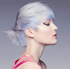 Blond vlasy v letošní kolekci slavného kadeřnictví Toni dostává díky precizní práci koloristy odstín modré oblohy po jarním dešti.