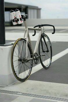A collation of fixie and track bikes from all across the world. Bici Fixed, Fixed Gear Bike, Cycling Gear, Road Cycling, Urban Bike, Buy Bike, Speed Bike, Bike Frame, Bicycle Design