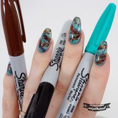This time I used Sharpie marker pens to create awesome marble stone nail art! (på/i Get your Sharpies and go wild! Sharpie Nail Art, Nail Art Diy, Diy Nails, Sharpie Pens, Sharpies, Stone Nails, Stone Nail Art, Matte Nails, Acrylic Nails