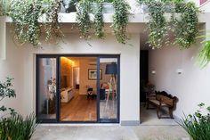 Um jovem casal encomendou a reforma de uma casa dos anos 70.