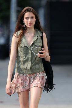 Model Sarah Margaret Qualley listens to headphones as she walks in downtown New York. Sarah is the daughter of Andie Macdowell and Paul Qualley. - Sarah Margaret Qualley Walks Around NYC Margaret Qualley, Most Beautiful Hollywood Actress, Beautiful Actresses, Cute Love Lines, White Girls, Stylish Girl, Alternative Fashion, Beauty Women, Fashion Beauty