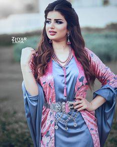 Kurdish fashion Erica Fernandes Hot, Jli Kurdi, Muslim Beauty, Beautiful Girl Image, Indian Sarees, Boss Lady, Indian Actresses, Kimono Top, Sexy