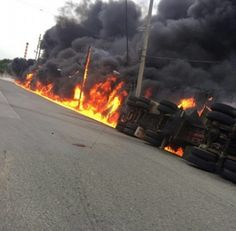 Camión se incendia próximo a la Refinería de Petróleo Un incendio se registra desde las seis de la tarde de este miércoles en Bajos de Haina. El fuego ocurrió en la avenida Refinería esquina Carretera Sánchez Vieja.