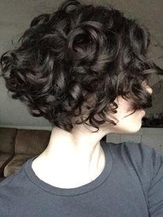 Kurzhaarfrisuren für lockiges Haar   schwarze Haare, weiße Haut und graue Bluse