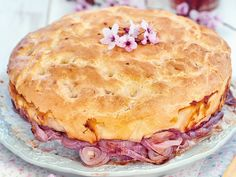 La focaccia alla cipolla puo essere una valida e saporita alternativa al pane. Ecco gli ingredienti e la preparazione per eseguirla in modo perfetto.