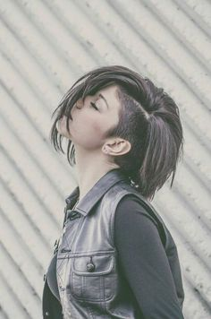 Bob and undercut/side shaved hair Undercut Hairstyles Women, Straight Hairstyles, Cool Hairstyles, Undercut Pixie, Side Undercut, Pixie Haircuts, Undercut Women, Shaved Side Hairstyles, Short Undercut Hairstyles
