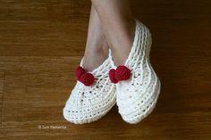 Crochet slippers pattern, home shoes women Christmas crochet pattern by Luz Patterns #crochetpattern #crochetshoes