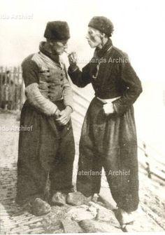 Jacob Schokker (Jaap kors, visser, 1838-1919. Klaas Jonk (Taajem), visser, 1843-1919. ca 1900 #NoordHolland #Volendam