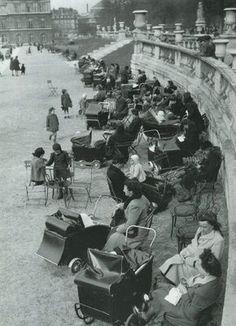 Le rendez-vous des nounous des beaux quartiers... / Jardin du Luxembourg. / Paris, fin des années 1940. / France.