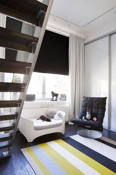 Työhuone muutettiin lastenhuoneeksi, kun perhe kasvoi. Pimennysverho takaa yöunet valoisaankin aikaan. Tanskalainen Leander-sänky muuntuu juniorisängyksi. Harri Koskisen K-tuoli ja matto Woodnotesin. Kaapistojen lasiliukuovet ja säilytysjärjestelmät ovat Tankin. Myyrä-pehmolelu on kaksivuotiaan Emilin aarre. Lasikaiteiset portaat johtavat parvelle.