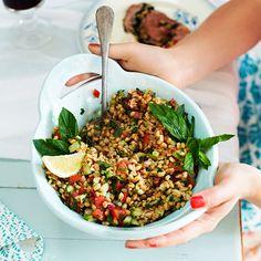 Tabbouleh är ett friskt och smakrikt tillbehör som du kan använda istället för potatis. Chicken Chickpea, Salad Recipes, Healthy Recipes, Middle Eastern Recipes, Frisk, Vegetarian Cooking, Vegetable Salad, Soul Food, Summer Recipes
