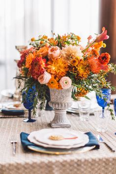 Beautiful fall centerpiece:  DIY wedding planner with ideas and tips including DIY wedding decor and flowers.  Everything a DIY bride needs to have a fabulous wedding on a budget! #flowers #diyweddingapp #diy #wedding  #diyweddingplanner #weddingapp
