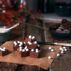 Mansikkainen Marianne-kakku maljassa - Fazer Mud Cake, Xmas Food, 20 Min, I Love Food, Gingerbread Cookies, Fudge, Food And Drink, Pudding, Sweets