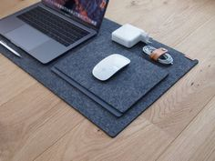 Workperch desk mat is made from premium wool felt, available in dark or light grey. Perfectly sized to fit a small or large desk while giving you enough space to place your laptop, keyboard and mouse. Flores Shabby Chic, Cumpleaños Shabby Chic, Desk Protector, Modern Desk Accessories, Desk Blotter, Workspace Desk, Desks, Mouse Color, Large Desk