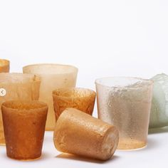 A group of design students from London have created a new bioplastic! It's recycable, biodegradable and made from lobster shells. Their hope is for it to become an alternative to single-use plastics. Green Materials, Craft Materials, Biodegradable Packaging, Biodegradable Products, Sustainable Design, Sustainable Living, Design Presentation, Insulation Materials, Plastic Design