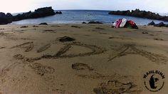 Tauchen Lanzarote - Playa Chica - Der Strand und das Meer - Fotografiert vom Strand, Richtung Fuerteventura. Arbeitgeber in den Sand geschrieben