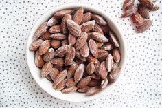 Knasende og lækre saltmandler som er bagt i ovnen. Saltmandler kan bruges som snack, i salater eller suppe. Se den nemme opskrift på saltmandler her.
