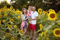 Family photography, sunflower field. Family photo outfits.