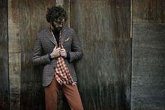 L.B.M. 1911 2015秋冬广告大片。 意大利男装品牌L.B.M. 1911推出了2015的秋冬大片,以破旧的街道与房间为背景,更凸显着服装的精美,这种颓与美的对比,使L.B.M. 1911的男装更加亮丽。拉长的衣领设计独具特色,与众不同的纹路设计,让它的细节不断地带给人惊喜。