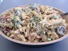 Lækker og fyldig pastasalat. Du kan komme lige de grønsager i som du har lyst til, så det en god en at lave når man skal have ryddet op i køleskabet. 1 pose pastaskruer, kogte og afkølet 1 bakke cherrytomater i halve 1 bundt forårsløg i skiver 200 g. stegt kylling i strimler 1 pakke…