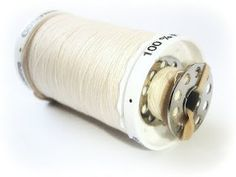 GENIUS. Keeping the leftover bobbin with the thread using a rubber band.