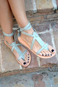 Sandals Summer Sandales bleu-vert - There is nothing more comfortable and cool to wear on your feet during the heat season than some flat sandals. Shoe Boots, Shoes Sandals, Shoe Bag, Flat Sandals, Leather Sandals, Strappy Sandals, Gladiator Sandals, Gladiators, Studded Sandals
