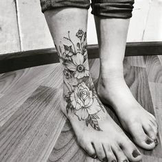 47 Cutest Foot tattoos first tempt Foot tattoos first tempt Tattoos aren't for men alone. Today, girl's foot tattoo designs are also becoming more and more popular. The foot is definite. Hand Tattoos, Foot Tattoos Girls, Cute Foot Tattoos, Ankle Tattoos For Women, Tattoo Girls, Pretty Tattoos, Body Art Tattoos, Girl Tattoos, Sleeve Tattoos