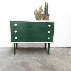 Welkom op meutt.nl hier vind je een verzameling van unieke vintage meubels en woonaccessoires. Elke week zijn er weer nieuwe vintage vondsten.