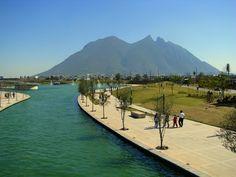Paseo Santa Lucía Monterrey, México.  Cerro de la silla.