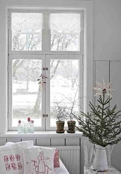 In home decor, Scandinavian easily win the first prize! The Scandinavian style is usually comfortable and welcoming, with many elements borrowed from nature and emphasis on black, white and gray background, perfect for every taste. Scandinavian Christmas Decorations, Scandi Christmas, Country Christmas, Winter Christmas, All Things Christmas, Christmas Home, Vintage Christmas, Christmas Design, Simple Christmas
