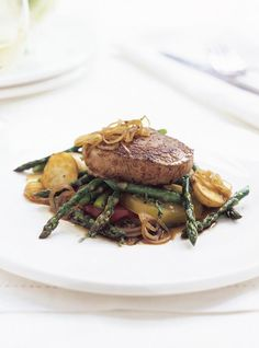 Veal Medallions with Fresh Tomatoes, Shallots and Asparagus Ricardo Recipe, Asparagus Spears, Red Tomato, Beef Broth, Salmon Burgers, Nom Nom, Breakfast, Ethnic Recipes, Tomatoes