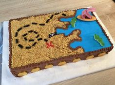 Pirate treasure map cake - fahsion cooking - Discover my pirate cake recipe on video: this easy-to-make treasure map will delight your little pirates for sure! Cake Recipes For Kids, Delicious Cake Recipes, Yummy Cakes, Treasure Map Cake, Pirate Treasure Maps, Pirate Theme, Pirate Party, Pirate Snacks, Pirate Ship Cakes