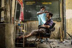 Le photographe James Duong est parti à la rencontre des coiffeurs de rue offrant une coupe aux passants dans les rues vietnamiennes. [Plus de photos ici : http://bit.ly/blog20150325pm]