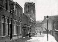 Vught (Nederland) Winters weer met sneeuw in de straat. Een vrouw staat bij een …