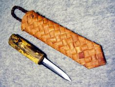 Old traditional Finnish puukko with birch bark sheath Birch Bark Crafts, Wood Crafts, Willow Weaving, Basket Weaving, Twigs Decor, Hawaiian Crafts, Weaving Designs, Red Books, Knife Sheath
