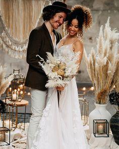 🌾 Alles Boho – wie findet ihr den neuesten Hochzeitstrend? 💍 . . . Werbung wg. Verlinkung: Vom Workshop bei @vickybaumann.de Deko & Konzept: @thefeatherette  Weddingplanner: @perfectplan.weddings  Bouquet: @RUNO_Blumen  Ketten: @brunathelabel_ Couple: @naomaclark.official & @nic.castle . . . . #hochzeitsfotografie #weddingdress #weddingphotography #weddinginspiration #weddingdecoration #hochzeitsdeko #boho #hochzeitskleid #allwhitewedding #bohowedding #glamwedding #bohoglamwedding #thelane… Lace Wedding, Wedding Dresses, Trends, Workshop, Instagram, Fashion, Boho Wedding Dress, Chains, Wedding Photography