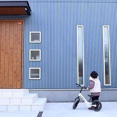 yumiさんはInstagramを利用しています:「. 外壁はガルバではありません⚠️ . よくご質問頂いたり 勘違いされる方がいるので 分かりやすくしてみました☺️ . 我が家はガルバのように見えるサイディング💡 #ニチハ#リブ9 を縦貼りにしてます⚠️ 本当はガルバが良かったのですが... 予算上諦めた。…」 Garage Doors, Around The Worlds, Space, Outdoor Decor, House, Instagram, Home Decor, Function Hall, Lounges