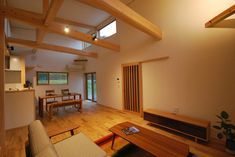 平屋建てのリビングダイニングは天井が高く開放的