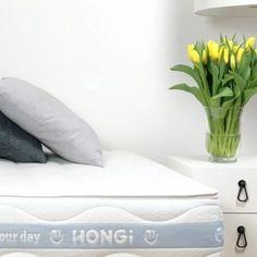 Aufwachen neben einem Strauß Blumen: 🥰🌷! Apropos blühende Schönheiten: HONGi Faultiermatratzen lassen dich gut erholt aufwachen – und bei Tag so richtig aufblühen. 🌞 Perfekt abgestimmt auf BMI, Schlafposition und individuelle Bedürfnisse liefern sie tiefen, gesunden Schlaf. Für erholsame Nächte – und tägliches Wohlbefinden. 💚 Tipp! Jetzt -10% auf alle Faultiermatratzen, gratis 🌷Geschenk inklusive! Code: AUFBLÜHEN21 #schlaf #erholung #entspannung #hongidiefaultiermatratze Bmi, Bed Pillows, Pillow Cases, Recovery, Feel Better, Mattress, Homes, Pillows