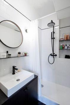 Entre noir et blanc, la salle de bains se fait chic.