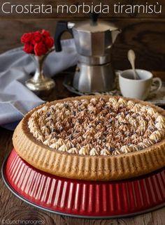 La CROSTATA MORBIDA TIRAMISU' è una squisita torta, ricca ed insieme delicata, che si ispira al più famoso dolce al cucchiaio italiano, rielaborandone densità e caratteristiche, ma mantenendone il tradizionale gusto di caffè, mascarpone e cacao.