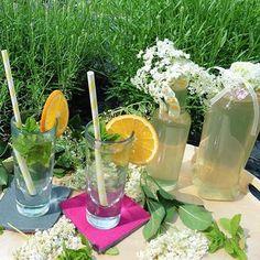 Wäre dieser alkoholfreie Holler-Spritz nicht eine Idee fürs Fußballspiel heute Abend? 😊⚽️🇩🇪 Wie tippt Ihr für heute Abend? #nowontheblog #foodblogger #fußball #em #getränk #alkoholfrei #holunder #hollersirup #elderflowers #minze #orange #sommerdrink #refreshingsummer @amorundkartoffelsack #ichliebefoodblogs #rezeptebuchcom #toertchenfieber