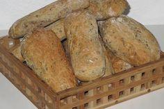 Disse grove madbrød er rigtigt gode som sandwich-brød til madpakken evt. med laks og salat. De er også perfekte som brød til suppen.