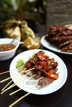 Sate Kambing Favorit Fatih - Lamb Satay with Sweet Soy Sauce Lamb Recipes, Meat Recipes, Asian Recipes, Dinner Recipes, Cooking Recipes, Recipies, Satay Recipe, Chicken Satay, Food Tasting