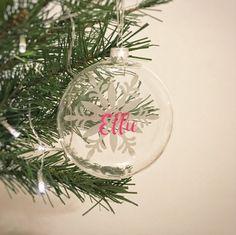 Diese schöne personalisierte Glaskugeln werden eine große Bereicherung für Ihren Weihnachtsbaum in diesem Jahr machen.  Etch Effekt Schneeflocke mit farbigen Namen Ihrer Wahl nach vorne.  Diese würden ein schönes Geschenk für diese besondere Person in Ihrem Leben, ideal für den Einsatz als Geschenk-Tag auf Parzellen oder fast überall rund um das Haus zu hängen machen.  Verwenden Sie als Tabelle Ortsnamen oder als nachdenklich-Gefälligkeiten für jeden Ihrer Gäste.  Größe 80mm